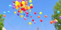 新娘宋国慧和新郎潘庆亚放飞气球。 李铁锤 摄 - 中国新闻社河北分社
