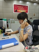 """8月8日,石家庄开通人才服务热线,为人才提供""""拨一拨就灵""""的咨询专线。图为工作人员正在接听热线。 石家庄市委组织部供图 - 中国新闻社河北分社"""