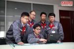 郭鹞(中)正在和团队成员讨论产品图样。图片由河北省文明办提供 - 中国新闻社河北分社