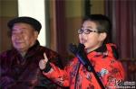 爷孙俩表演快板《改革开放四十年》。 通讯员黄涛摄 - 中国新闻社河北分社
