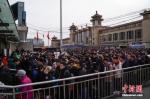 资料图:旅客们在北京站前排队进入地铁。中新社记者 崔楠 摄 - 中国新闻社河北分社