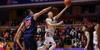 """北京""""小心地滑""""队(白色球衣)对阵吉林市体育局比赛现场。主办方供图 - 中国新闻社河北分社"""