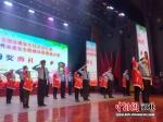 小学生们与交警共同表演节目。 张桂芹 摄 - 中国新闻社河北分社