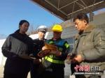 交警发放交通安全宣传单。 张桂芹 摄 - 中国新闻社河北分社