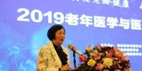 中国老年医学学会副会长兼秘书长陆军在开幕式上讲话。 梅斌 摄 - 中国新闻社河北分社