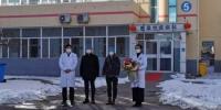 2例新冠肺炎患者从承德市第三医院康复出院 张桂芹 摄 - 中国新闻社河北分社
