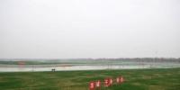 """4月1日,迎来第三个春天的雄安新区,给人最深的印象是""""蓝""""和""""绿""""。 被誉为""""华北明珠""""的白洋淀,是华北平原最大的淡水湖泊和湿地生态系统。白洋淀的综合治理也是雄安新区工作的重点之一,按照规划,新区未来""""蓝绿空间""""占比将达70%。图为3月25日拍摄的唐河入淀口湿地生态保护项目施工现场。 中新社记者 韩冰 摄 - 中国波克棋牌游戏手机版社河北分社"""