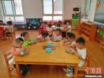 衡水市第一幼儿园小朋友们午餐现场。 王鹏 摄 - 中国新闻社河北分社