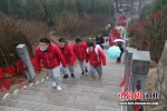 体验者们登临庆都山。 陈平 摄 - 中国新闻社河北分社