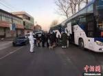 图为小果庄村村民被转移隔离时,警员维持秩序。 张月礼 摄 - 中国新闻社河北分社