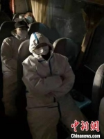 图为藁城区增村镇小果庄村疫情防控检查站警员在车上睡觉。 张月礼 摄 - 中国新闻社河北分社