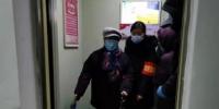 图为物业工作人员帮助社区居民进行核酸检测。 于敬芝 摄 - 中国新闻社河北分社