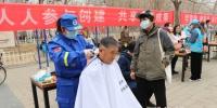 涿州社会公益组织为市民提供爱心义剪服务。 张超 摄 - 中国新闻社河北分社