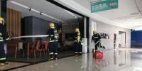 图为廊坊市安次区消防救援大队联合红星美凯龙廊坊龙河商场举行的消防演练现场。 尤伟光 摄 - 中国新闻社河北分社