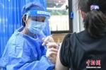 资料图:民众接种新冠病毒疫苗(图文无关)。中新社记者 陈骥旻 摄 - 中国新闻社河北分社