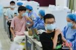 资料图:医护人员为学生们接种疫苗。何蓬磊 摄 - 中国新闻社河北分社