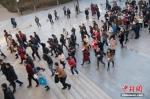 资料图:山西太原一公务员考点,考生准备进入考场。中新社记者 武俊杰 摄 - 中国新闻社河北分社