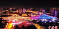 10月27日凌晨,廊坊市光明道上跨铁路立交桥主桥转体成功。 陈童 摄 - 中国新闻社河北分社